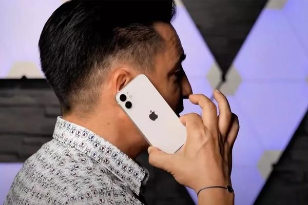 Hình ảnh trên tay iPhone 12 mini - có thể là chiếc smartphone nhỏ nhất thế giới