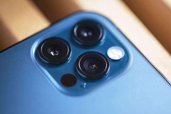 """""""Giải mã"""" chấm đen bí ẩn trên camera trên iPhone 12 Pro/12 Pro Max"""